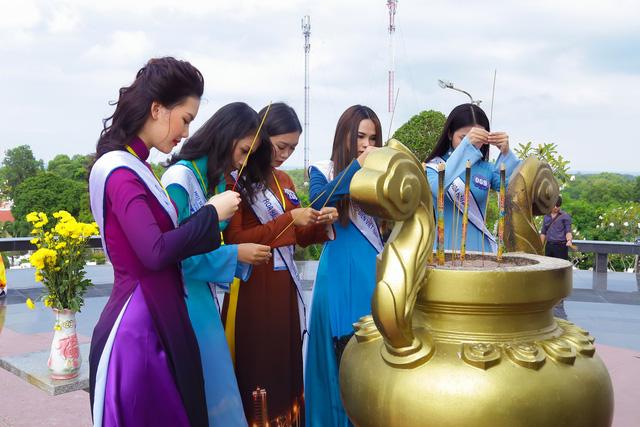 Thí sinh Hoa hậu Biển Việt Nam toàn cầu 2018 tri ân các anh hùng liệt sĩ tại Phú Quốc - Ảnh 2.
