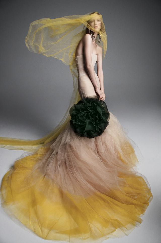 Váy cưới của Vera Wang cho mùa Xuân 2019... mong manh tựa sương khói - Ảnh 3.