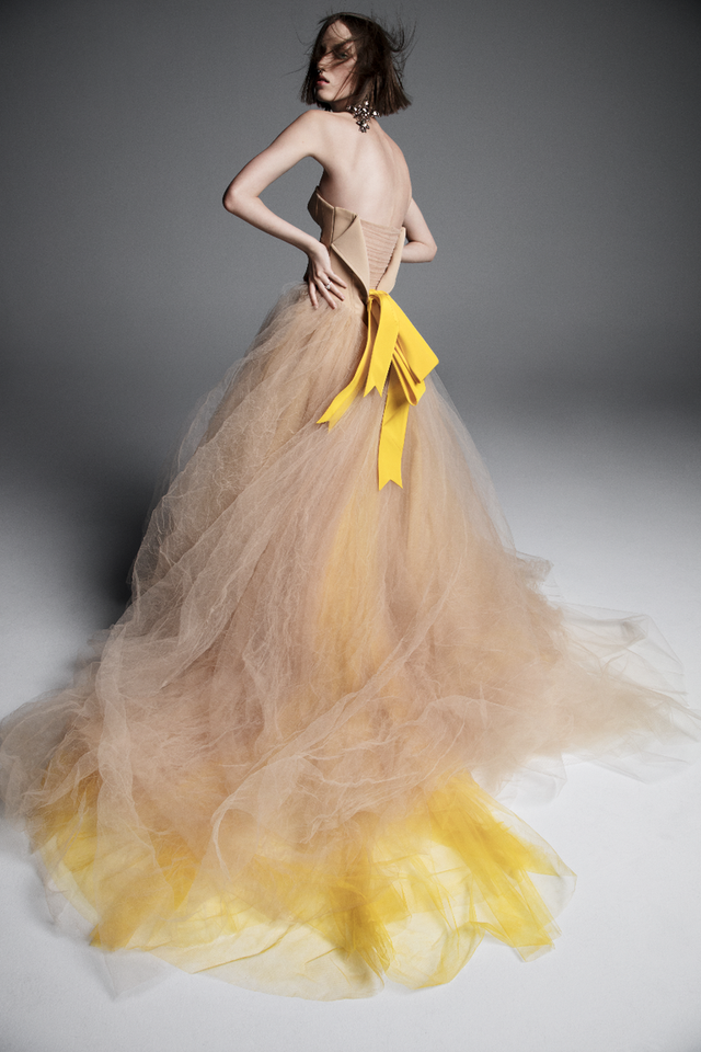 Váy cưới của Vera Wang cho mùa Xuân 2019... mong manh tựa sương khói - Ảnh 1.
