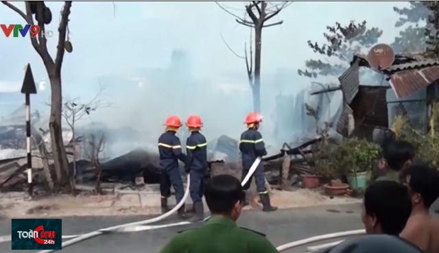 4 căn nhà bị cháy rụi ở An Giang, gây thiệt hại hàng trăm triệu đồng - Ảnh 2.