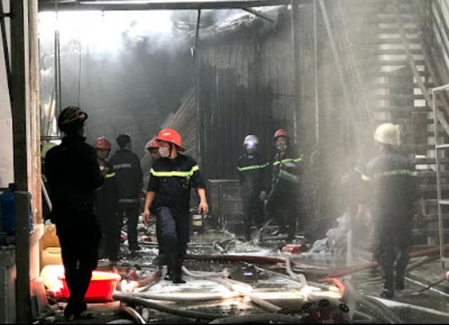 Sáng 19/4, xảy ra hai vụ cháy nhà xưởng tại TP.HCM - Ảnh 1.