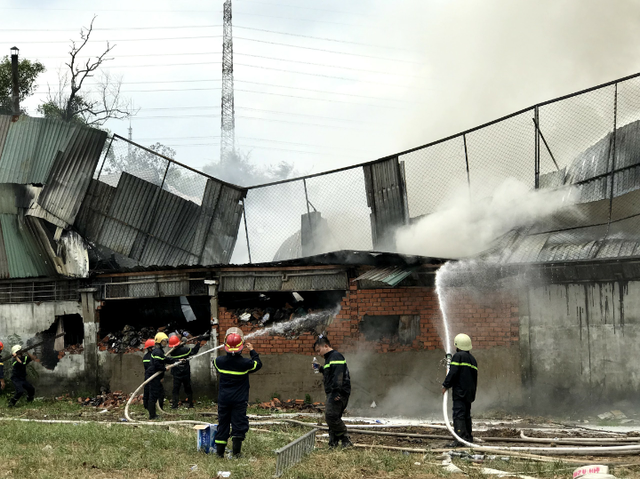 Sáng 19/4, xảy ra hai vụ cháy nhà xưởng tại TP.HCM - Ảnh 2.