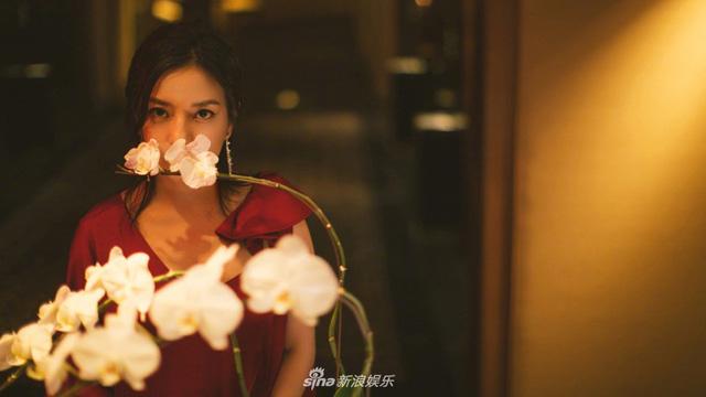 Khó cưỡng với vẻ cuốn hút của Triệu Vy dù đã ở tuổi 42 - Ảnh 3.