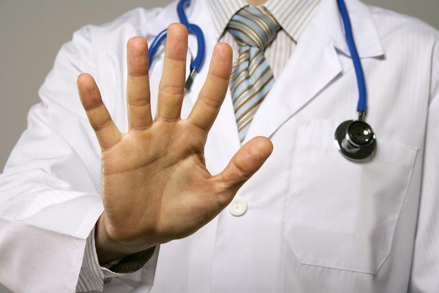 Hành hung bác sĩ: Đừng biến thầy thuốc thành nghề nguy hiểm! - Ảnh 1.