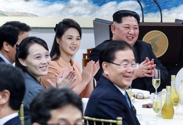 Đệ nhất phu nhân hai miền Nam - Bắc Triều Tiên lần đầu gặp nhau - Ảnh 2.