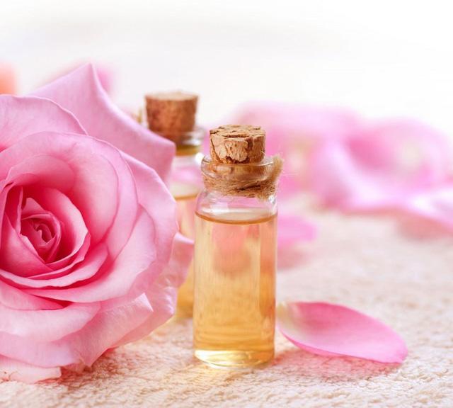 10 công dụng mới lạ của nước hoa hồng - Ảnh 2.