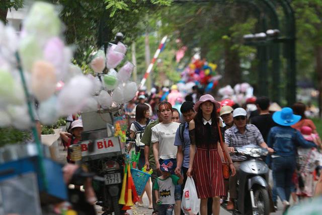 Thời tiết đẹp, các điểm vui chơi ở Hà Nội kín khách dịp nghỉ lễ 30/4-1/5 - ảnh 2