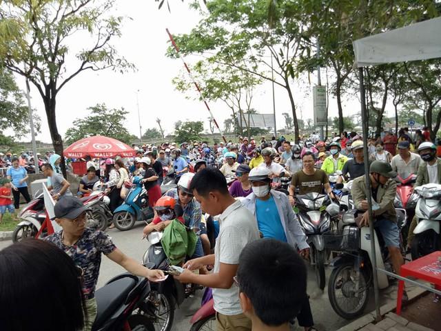 Thời tiết đẹp, các điểm vui chơi ở Hà Nội kín khách dịp nghỉ lễ 30/4-1/5 - ảnh 1
