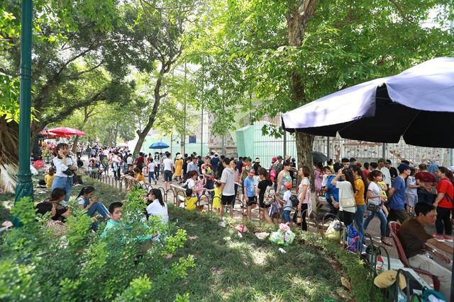 Thời tiết đẹp, các điểm vui chơi ở Hà Nội kín khách dịp nghỉ lễ 30/4-1/5 - ảnh 3