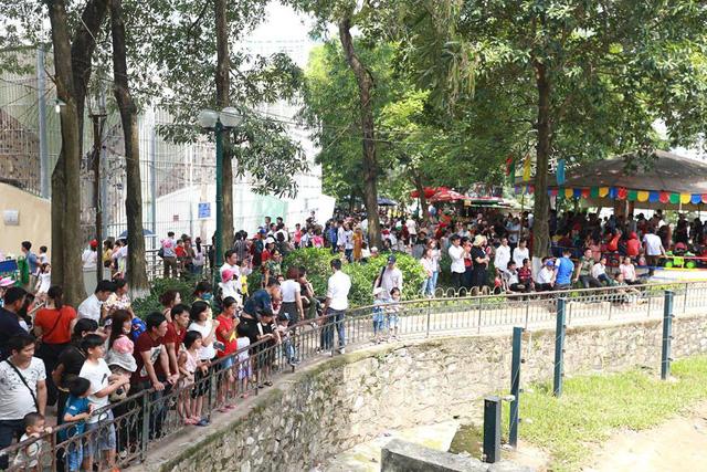 Thời tiết đẹp, các điểm vui chơi ở Hà Nội kín khách dịp nghỉ lễ 30/4-1/5 - ảnh 4
