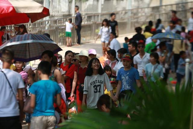 Thời tiết đẹp, các điểm vui chơi ở Hà Nội kín khách dịp nghỉ lễ 30/4-1/5 - ảnh 7