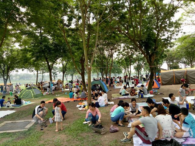 Thời tiết đẹp, các điểm vui chơi ở Hà Nội kín khách dịp nghỉ lễ 30/4-1/5 - ảnh 8