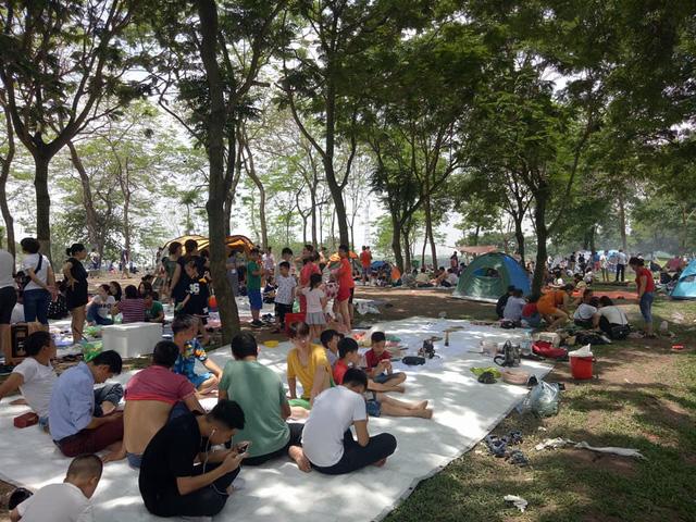 Thời tiết đẹp, các điểm vui chơi ở Hà Nội kín khách dịp nghỉ lễ 30/4-1/5 - ảnh 9