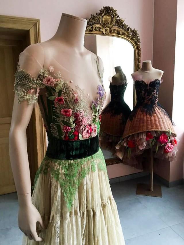 Những chiếc váy độc nhất vô nhị của nữ thiết kế người Pháp - Ảnh 5.