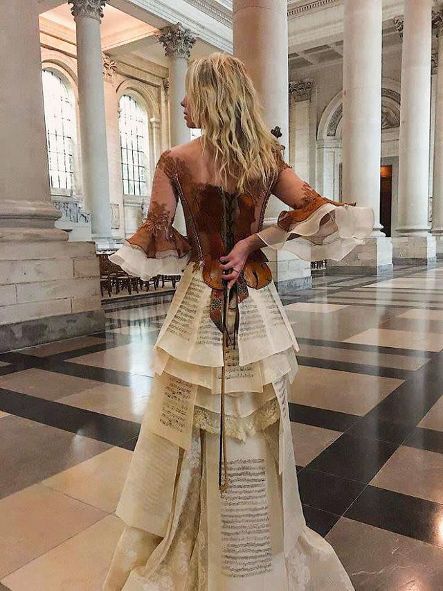 Những chiếc váy độc nhất vô nhị của nữ thiết kế người Pháp - Ảnh 10.