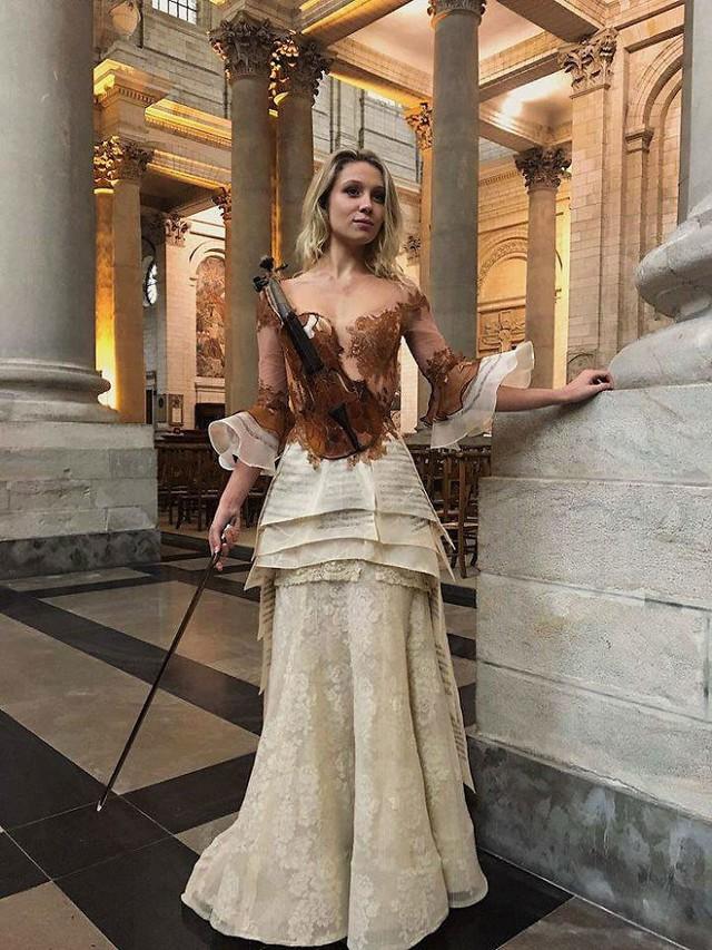 Những chiếc váy độc nhất vô nhị của nữ thiết kế người Pháp - Ảnh 9.