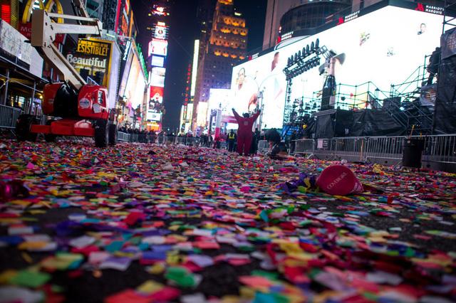 Mỹ: 50 tấn rác thải tại quảng trường Thời Đại sau đêm Giao thừa - Ảnh 1.