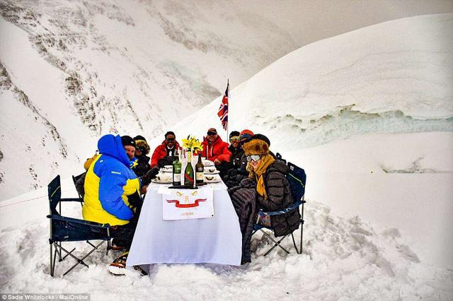 Thưởng thức bữa tối ở độ cao kỷ lục 7.050m trên đỉnh Everest - Ảnh 1.