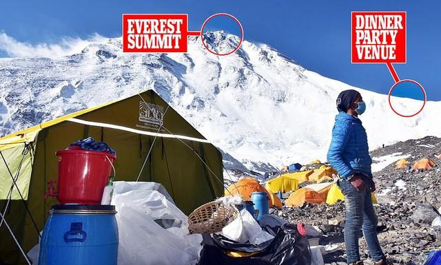 Thưởng thức bữa tối ở độ cao kỷ lục 7.050 m trên đỉnh Everest - Ảnh 2.