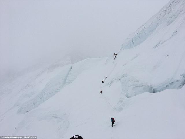 Thưởng thức bữa tối ở độ cao kỷ lục 7.050m trên đỉnh Everest - Ảnh 7.