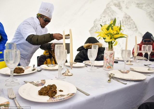 Thưởng thức bữa tối ở độ cao kỷ lục 7.050m trên đỉnh Everest - Ảnh 5.