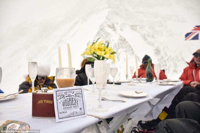 Thưởng thức bữa tối ở độ cao kỷ lục 7.050m trên đỉnh Everest - Ảnh 6.