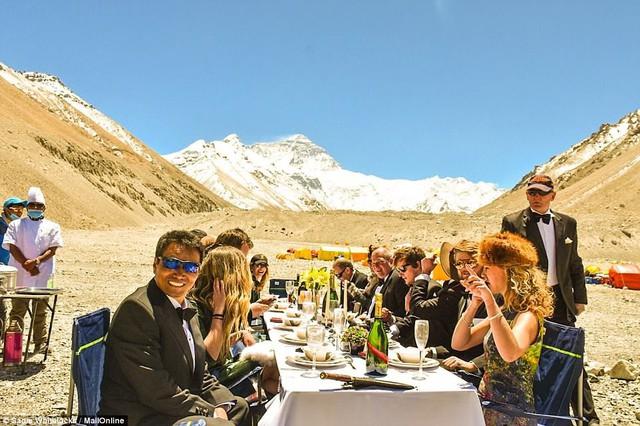 Thưởng thức bữa tối ở độ cao kỷ lục 7.050m trên đỉnh Everest - Ảnh 8.