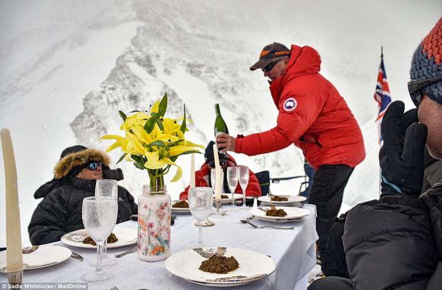 Thưởng thức bữa tối ở độ cao kỷ lục 7.050m trên đỉnh Everest - Ảnh 4.