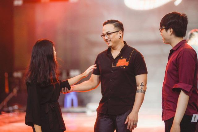 Chung kết Sing My Song: Học trò Lê Minh Sơn cõng chồng lên sân khấu - Ảnh 1.