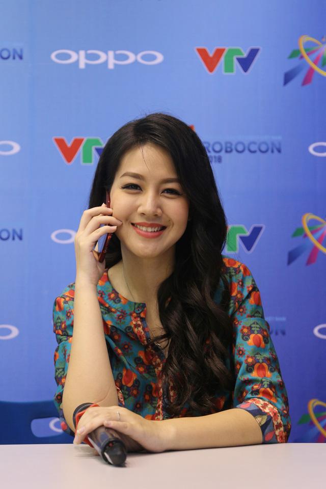 Bất chấp vất vả, MC Hồng Nhung vẫn đồng hành cùng VCK Robocon Việt Nam 2018 - Ảnh 1.