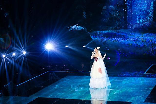 Văn Mai Hương mặc váy cưới, hóa cô dâu xinh đẹp trên truyền hình - Ảnh 4.