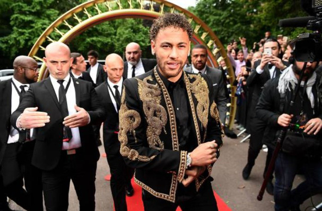 Neymar ăn mặc diêm dúa nhận giải Cầu thủ hay nhất Ligue 1 - Ảnh 1.