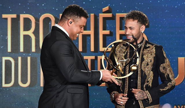 Neymar ăn mặc diêm dúa nhận giải Cầu thủ hay nhất Ligue 1 - Ảnh 2.