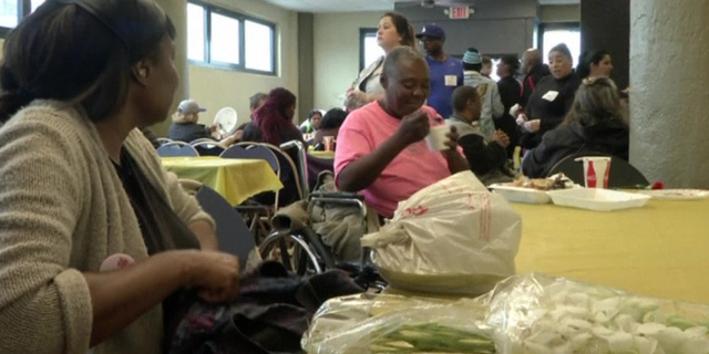 Bữa tiệc mừng Ngày của Mẹ cho người vô gia cư tại Mỹ - Ảnh 1.