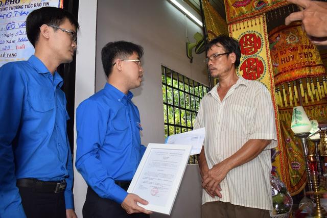 Trung ương Đoàn TNCS Hồ Chí Minh truy tặng huy hiệu Tuổi trẻ dũng cảm cho các hiệp sĩ trong vụ bắt nhóm trộm SH - Ảnh 1.
