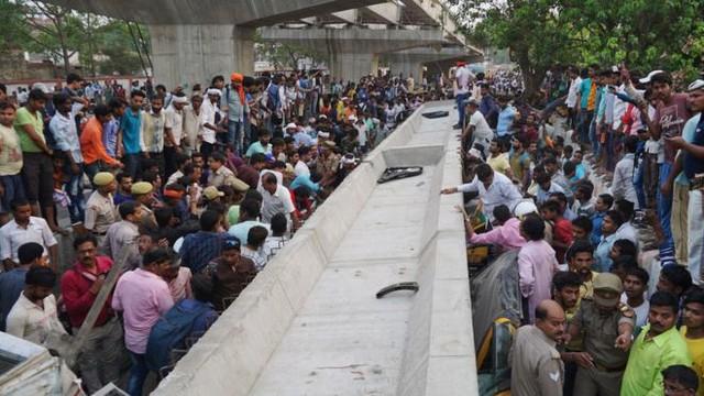 Vụ sập cầu vượt đang xây tại Ấn Độ: Số người thiệt mạng tăng lên 18 - Ảnh 5.