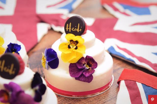 Bánh cưới Hoàng gia Anh phiên bản nhỏ cho người hâm mộ - Ảnh 3.