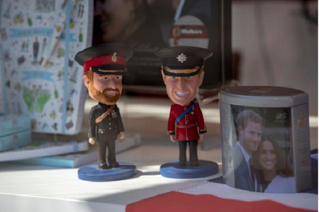 Bánh cưới Hoàng gia Anh phiên bản nhỏ cho người hâm mộ - Ảnh 2.