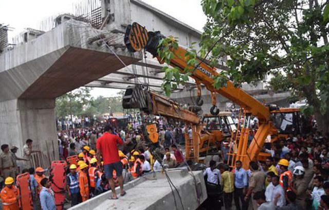 Sập cầu vượt đang thi công tại Ấn Độ, ít nhất 12 người thiệt mạng - Ảnh 1.