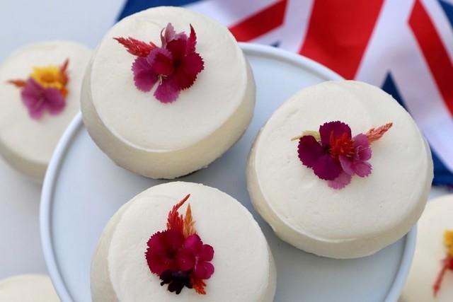 Bánh cưới Hoàng gia Anh phiên bản nhỏ cho người hâm mộ - Ảnh 1.