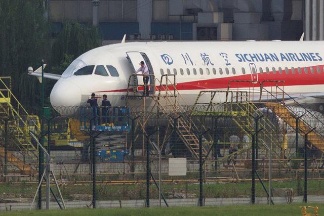 Máy bay vỡ kính, cơ phó Trung Quốc bị hút nửa người ra ngoài - Ảnh 1.