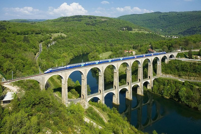 Du khách sẽ rùng mình khi đi trên những cây cầu này - Ảnh 13.