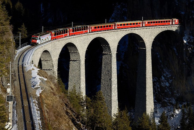 Du khách sẽ rùng mình khi đi trên những cây cầu này - Ảnh 6.