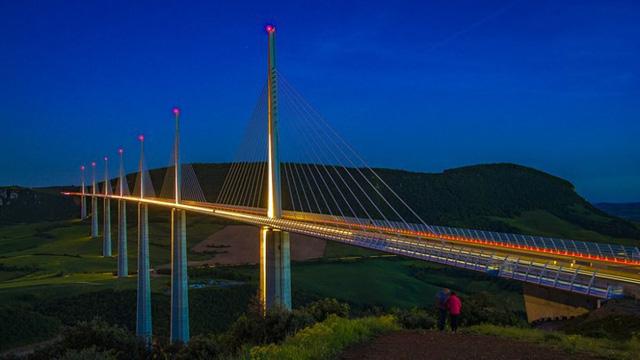 Du khách sẽ rùng mình khi đi trên những cây cầu này - Ảnh 10.