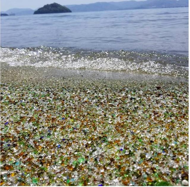 Bãi biển không tên ở Nhật Bản được làm bằng thủy tinh tái chế - Ảnh 2.