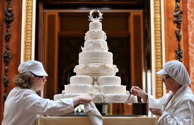 Bánh cưới Hoàng gia Anh phiên bản nhỏ cho người hâm mộ - Ảnh 5.