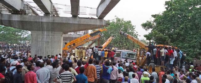 Vụ sập cầu vượt đang xây tại Ấn Độ: Số người thiệt mạng tăng lên 18 - Ảnh 1.