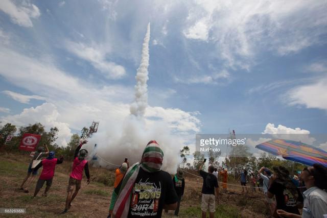 Lễ hội bắn pháo cầu mưa của Lào - Ảnh 1.