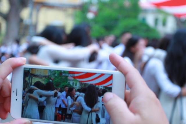 Học sinh lớp 12 Việt Đức bịn rịn chia tay tuổi học trò - Ảnh 7.