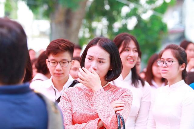 Học sinh lớp 12 Việt Đức bịn rịn chia tay tuổi học trò - Ảnh 8.